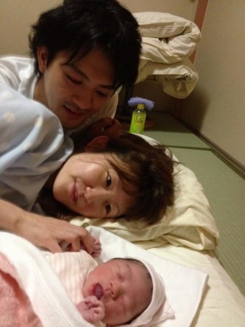 親子で赤ちゃんを眺める